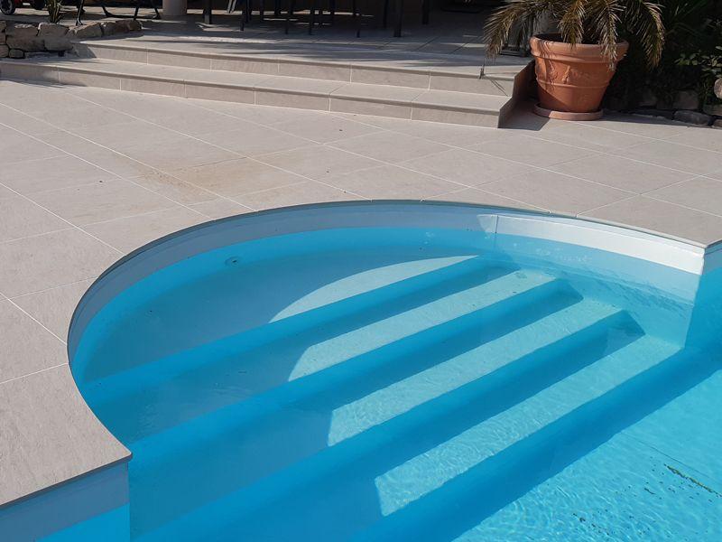 margelle de piscine réalisée avec du carrelage